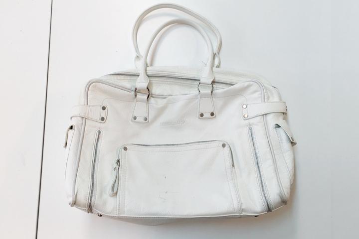 クリーニング前の白い鞄