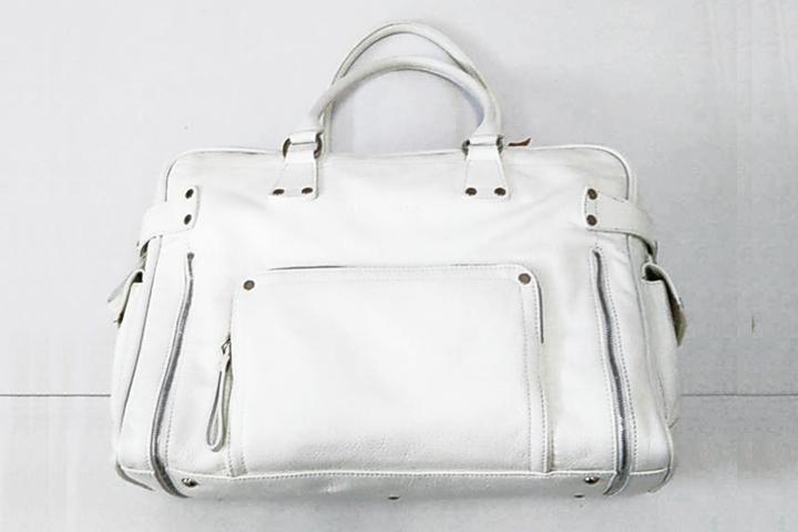 クリーニング後の白い鞄
